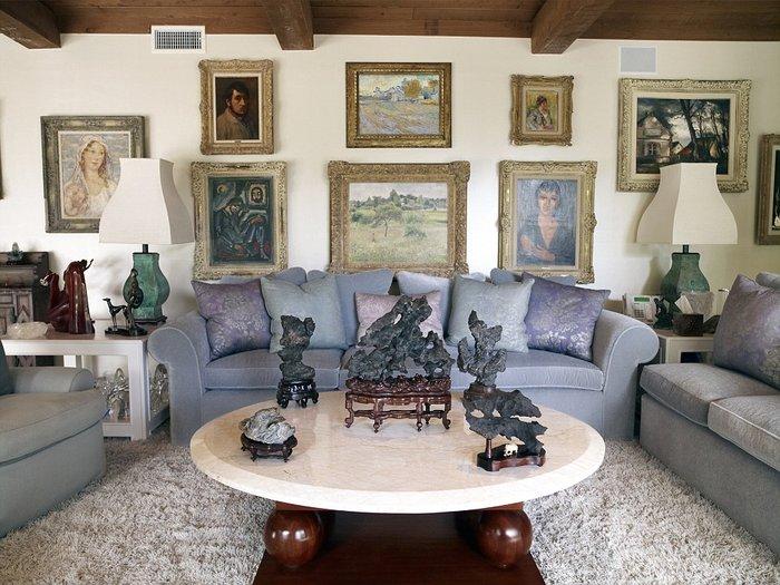 ΄Αποψη ενός από τα living room της βίλλας με έμφαση στα έργα τέχνης