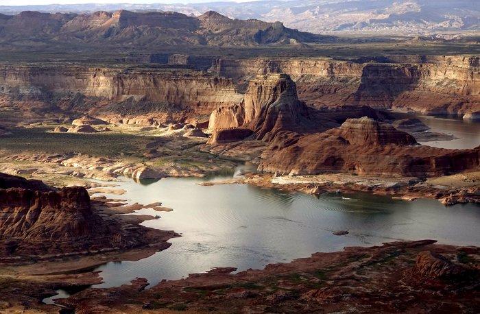 Η λίμνη που ξεγυμνώνεται από την ξηρασία σε εντυπωσιακές εικόνες - εικόνα 2