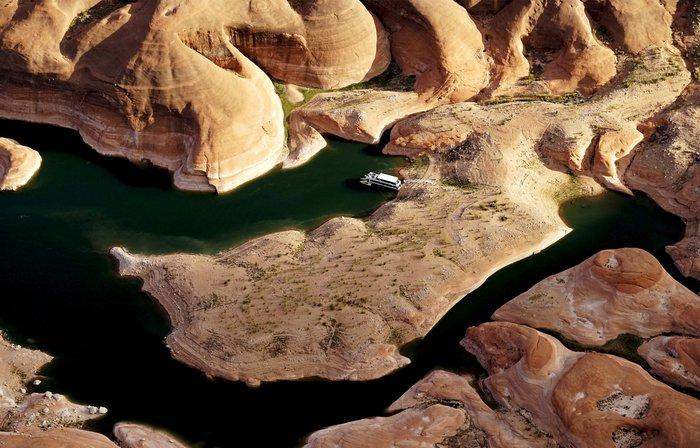 Η λίμνη που ξεγυμνώνεται από την ξηρασία σε εντυπωσιακές εικόνες - εικόνα 6