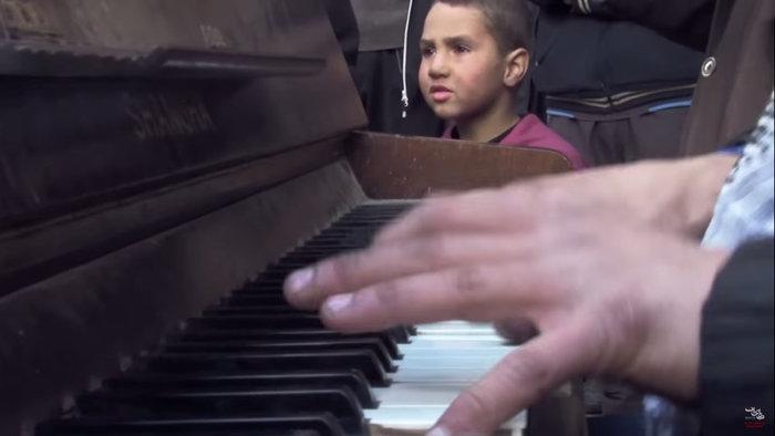 Στην Ελλάδα ο πρόσφυγας που συγκλόνισε παίζοντας πιάνο