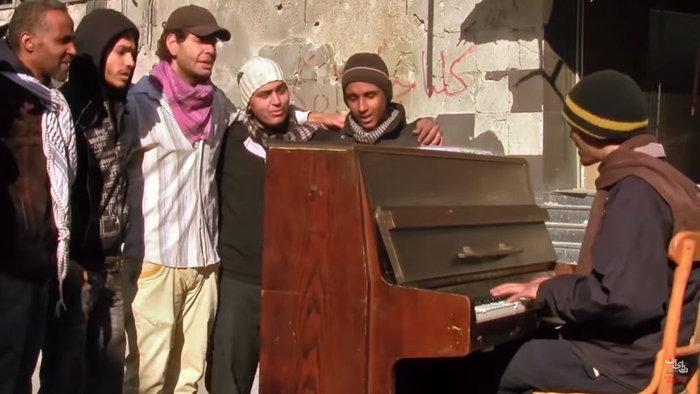 Στην Ελλάδα ο πρόσφυγας που συγκλόνισε παίζοντας πιάνο - εικόνα 3