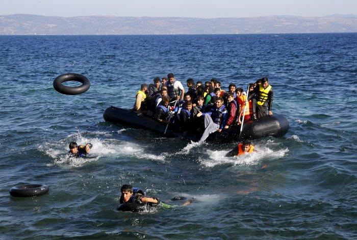 Νέα κύματα προσφύγων έφτασαν στη Μυτιλήνη: Συγκλονιστικές φωτογραφίες - εικόνα 2