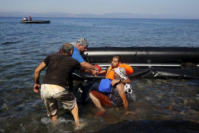 Νέα κύματα προσφύγων έφτασαν στη Μυτιλήνη: Συγκλονιστικές φωτογραφίες - εικόνα 4