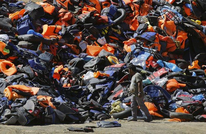 Νέα κύματα προσφύγων έφτασαν στη Μυτιλήνη: Συγκλονιστικές φωτογραφίες - εικόνα 7