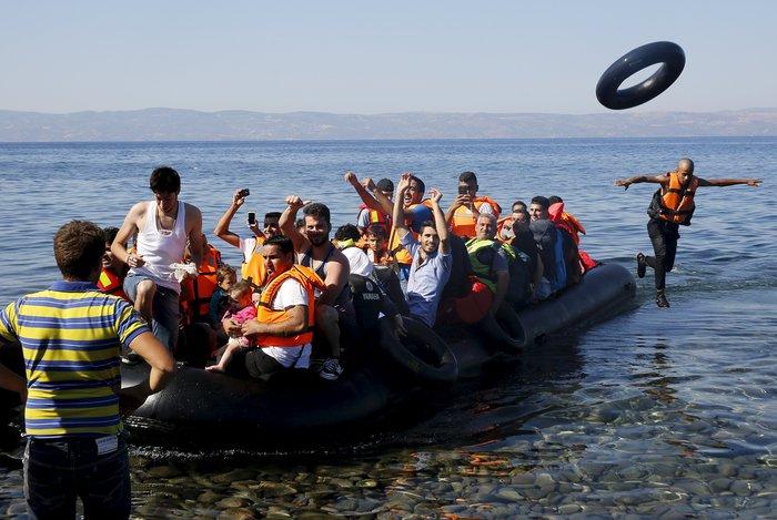 Νέα κύματα προσφύγων έφτασαν στη Μυτιλήνη: Συγκλονιστικές φωτογραφίες - εικόνα 3
