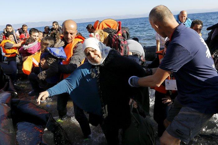 Νέα κύματα προσφύγων έφτασαν στη Μυτιλήνη: Συγκλονιστικές φωτογραφίες - εικόνα 5