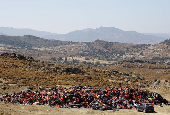 Νέα κύματα προσφύγων έφτασαν στη Μυτιλήνη: Συγκλονιστικές φωτογραφίες - εικόνα 8