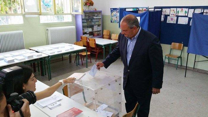 Χωρίς δηλώσεις ψήφισε ο Κώστας Καραμανλής - εικόνα 2