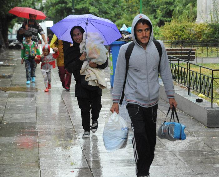 Αθήνα: Η καταιγίδα στέλνει τους πρόσφυγες στον Ελαιώνα