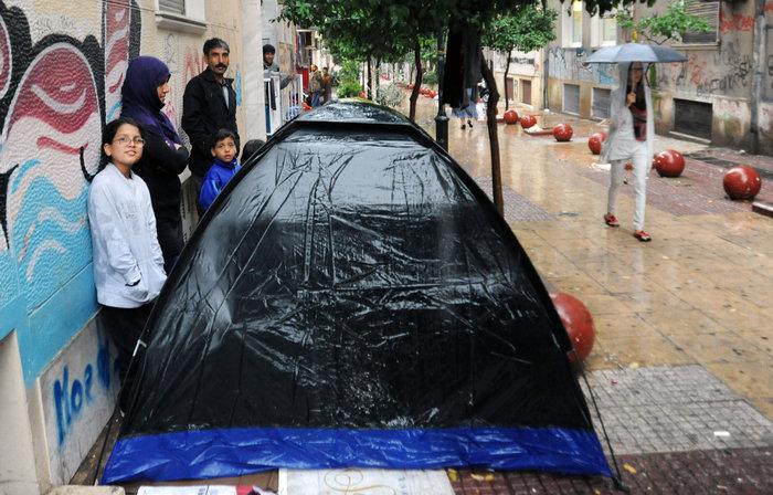 Αθήνα: Η καταιγίδα στέλνει τους πρόσφυγες στον Ελαιώνα - εικόνα 3