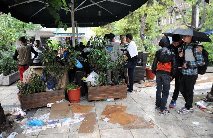 Πρόσφυγες βρίσκουν καταφύγιο στο Μετρό από την μπόρα