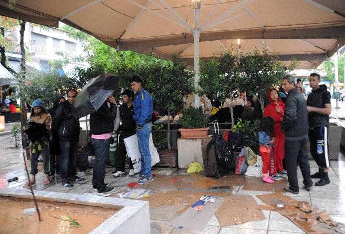 Πρόσφυγες βρίσκουν καταφύγιο στο Μετρό από την μπόρα - εικόνα 2