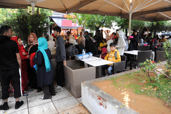Πρόσφυγες βρίσκουν καταφύγιο στο Μετρό από την μπόρα - εικόνα 3