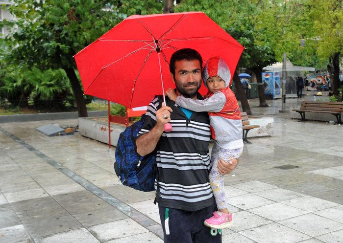 Πρόσφυγες βρίσκουν καταφύγιο στο Μετρό από την μπόρα - εικόνα 7