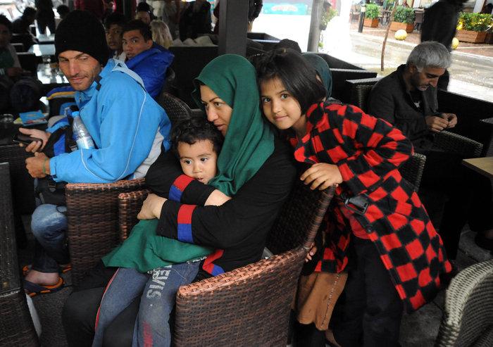 Πρόσφυγες βρίσκουν καταφύγιο στο Μετρό από την μπόρα - εικόνα 8