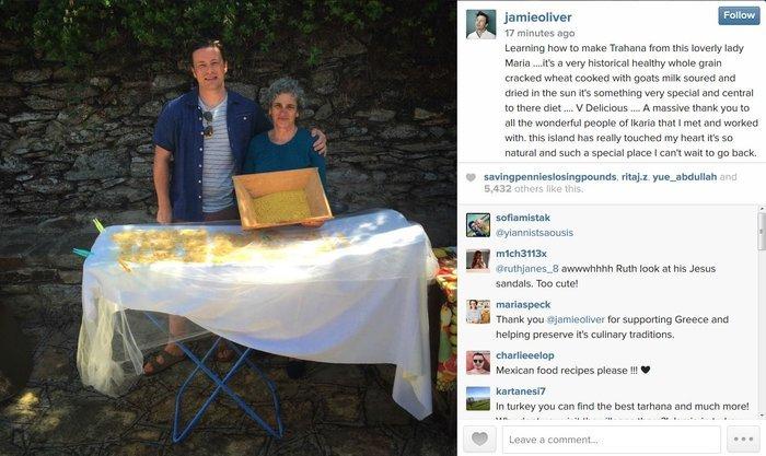 Μία από τις αναρτήσεις που είχε κάνει στο instagram τις ημέρες που βρισκόταν στην Ικαρία. Εδώ με την κυρία Μαρία που του είχε μάθει να απλώνει τραχανά.