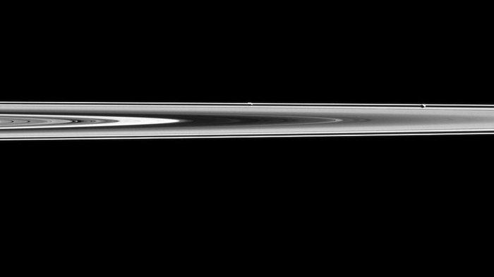 Βλέπετε τα δύο φεγγάρια σε αυτή τη σπάνια φωτογραφία της ΝΑSA;