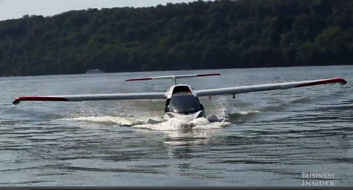 Υπέροχη πτήση με ένα υδροπλάνο... μόνο για δύο
