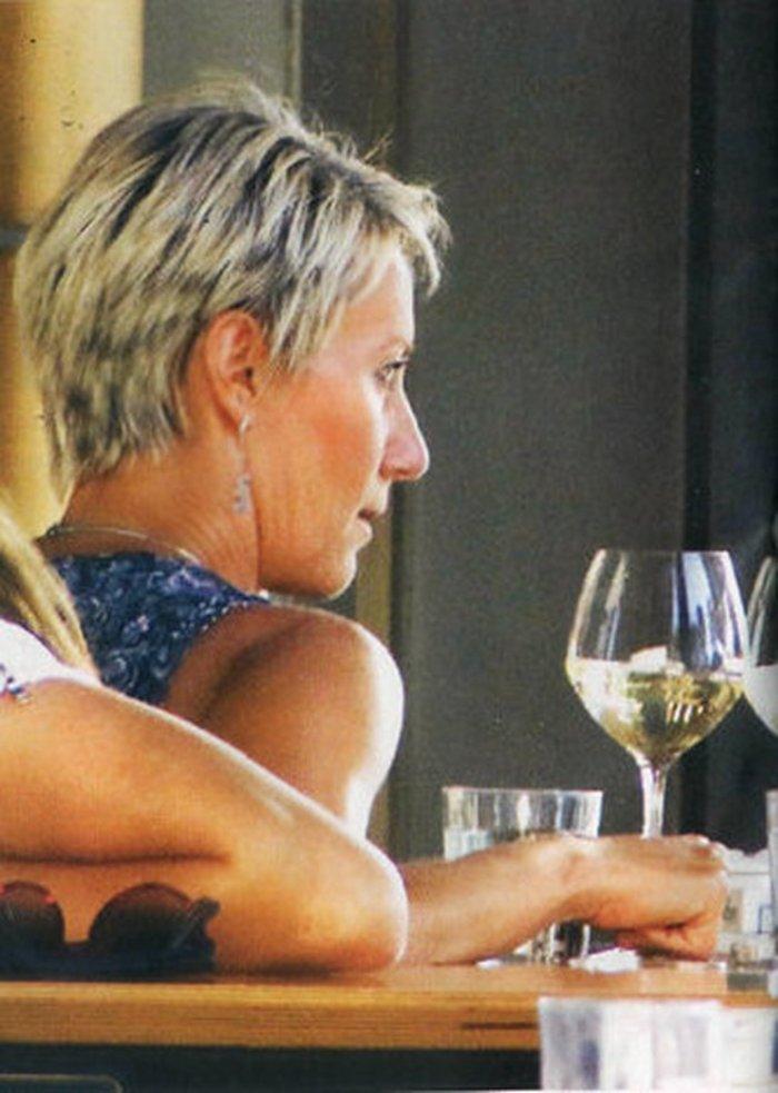 Η Νατάσα Παζαϊτη «έκλεψε» χρόνο για ένα ποτήρι κρασί με φίλη στο Ψυχικό - εικόνα 2