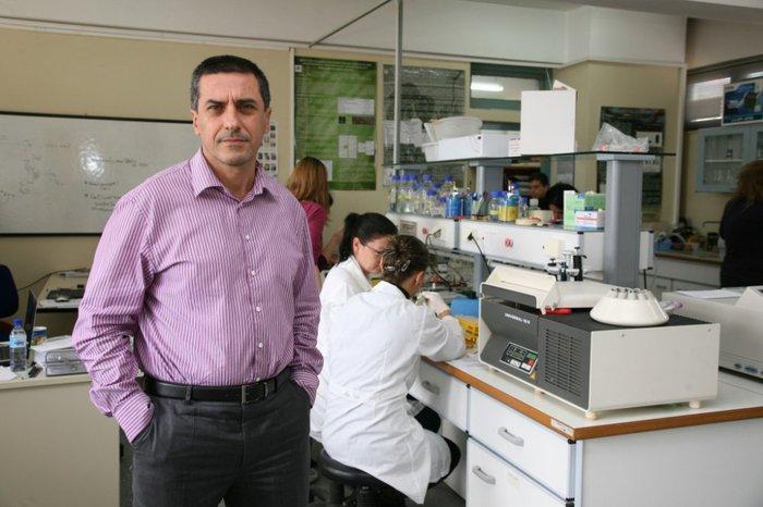 Ο καθηγητής Δημήτρης Κουρέτας στο εργαστήριό του.