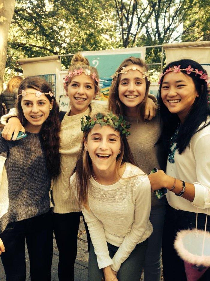 Η Ολίβια με τις φίλες της