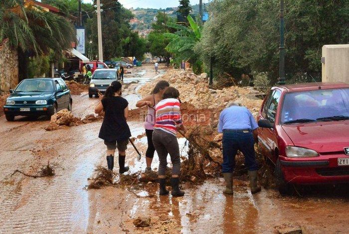 Νερά, λάσπη & μπάζα έχουν πνίξει την Κεφαλονιά (φωτό)