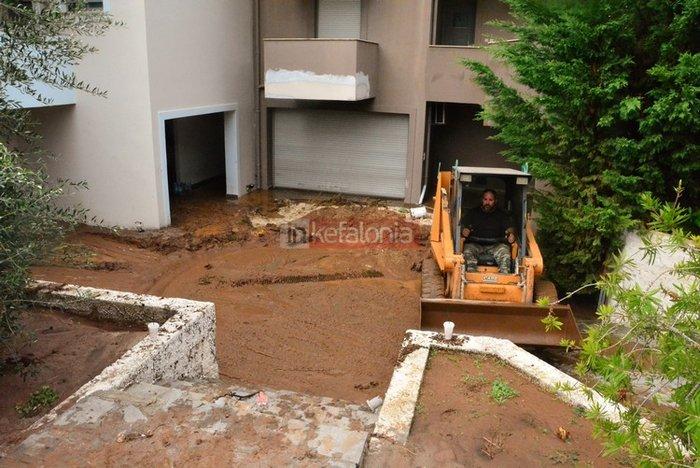 Νερά, λάσπη & μπάζα έχουν πνίξει την Κεφαλονιά (φωτό) - εικόνα 2