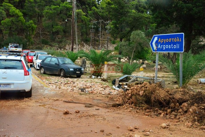 Νερά, λάσπη & μπάζα έχουν πνίξει την Κεφαλονιά (φωτό) - εικόνα 10