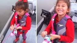 Kοριτσάκι ψαρεύει λαβράκι 3 κιλών με καλάμι της Barbie!