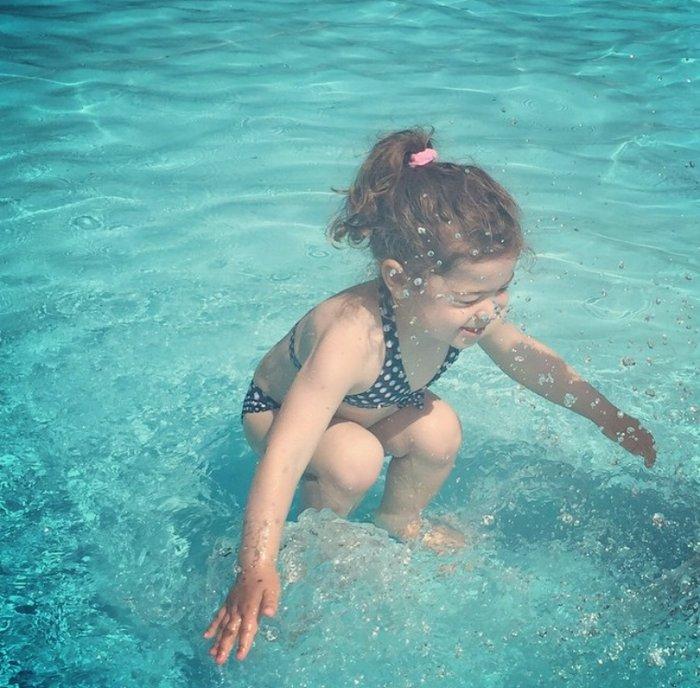 Το κορίτσι βρίσκεται πάνω ή κάτω από το νερό;Η φωτό που τρέλανε το internet