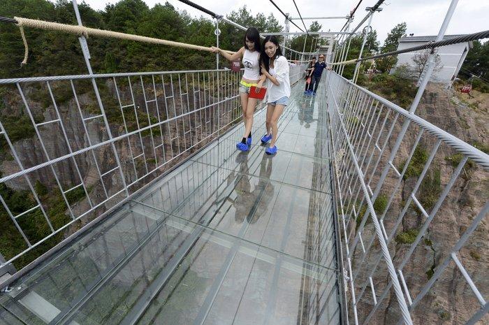 Κρεμαστή γυάλινη γέφυρα πάνω από γκρεμό: Το απόλυτο «vertigο»