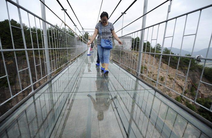 Κρεμαστή γυάλινη γέφυρα πάνω από γκρεμό: Το απόλυτο «vertigο» - εικόνα 2