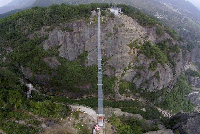 Κρεμαστή γυάλινη γέφυρα πάνω από γκρεμό: Το απόλυτο «vertigο» - εικόνα 3