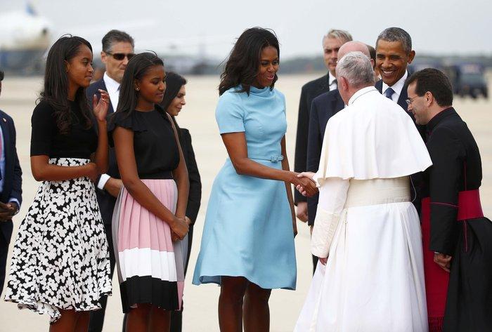 Πώς η αντισυμβατικά όμορφη Μισέλ Ομπάμα «σβήνει» τις άλλες Πρώτες Κυρίες;