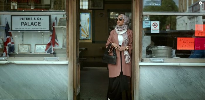 Το πρώτο μοντέλο με μαντίλα σε διαφήμιση κολοσσού της μόδας, γράφει ιστορία