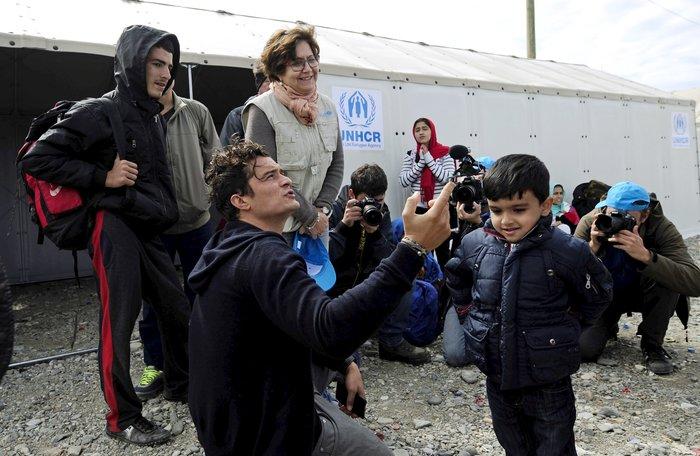 Ο Ορλαντο Μπλουμ στα ελληνικά σύνορα με τους πρόσφυγες