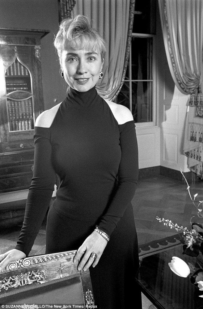 Η ιστορία πίσω απ'το έξωμο μαύρο φόρεμα της Χίλαρι που ξεσήκωσε σάλο το '93