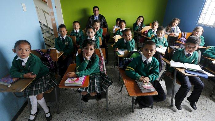 Ο δάσκαλος πάτερ Χουάν «Humberto Cruz» ποζάρει με μαθητές της τετάρτης τάξης του δημοτικού, στην Κολομβία.