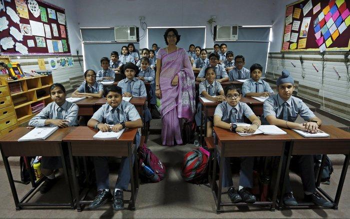 Η δασκάλα «Archana Shori» φωτογραφίζεται με τους μαθητές της πέμπτης τάξης, στο Νέο Δελχί, Ινδία.