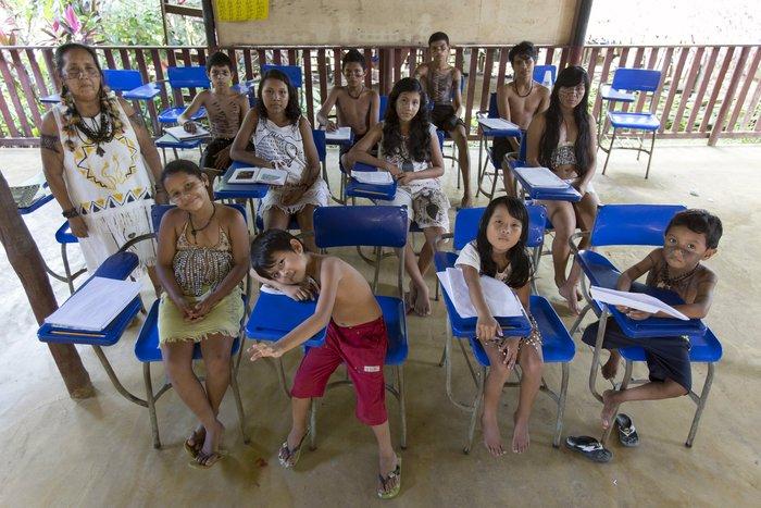 Τα παιδιά του σχολείου της Ινδικής φυλής «Satere Mawe» ποζάρουν για μια φωτογραφία στην πόλη Manacapuru, στη Βραζιλία.