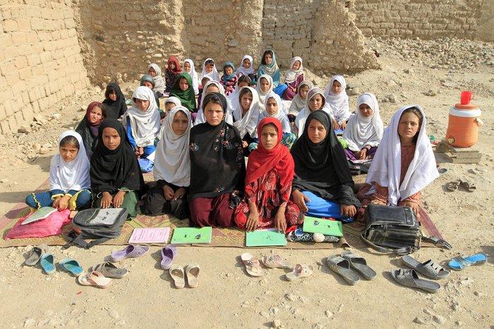 Η δασκάλα Mahajera Armani και τάξη των θηλέων ποζάρουν για φωτογραφία, στο Αφγανιστάν