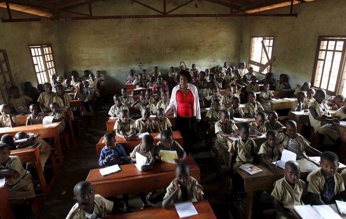 Δασκάλα με μαθητές σε σχολείο στην χώρα Μπουρούντι της Κεντρικής Αφρικής.