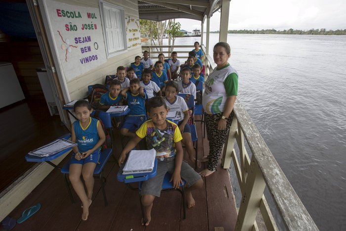 Οι μαθητές του πλωτού Δημοτικού Σχολείου Sao Jose II ποζάρουν για φωτογραφία κατά μήκος του Αμαζόνιου, στη Βραζιλία.