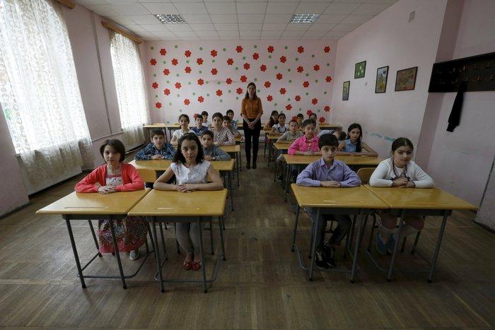 5χρονοι μαθητές με τη δασκάλα τους σε δημόσιο σχολείο στην Τιφλίδα, στην Γεωργία