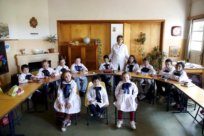 Η δασκάλα Ana Dorrego ποζάρει με τους μαθητές σχολείου στην Ουρουγουάη.