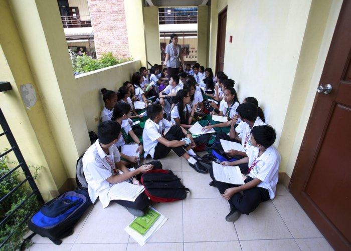 Μαθητές κάνουν μάθημα σε διάδρομο, μέχρι να ετοιμαστεί το σχολείο τους στις Φιλιππίνες.