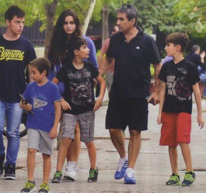 Ο βουλευτής με τα τρία παιδιά του και φίλους τους στην Κηφισιά. Αυτή είναι η πρώτη φορά που τους συλλαμβάνει οικογενειακώς ο φωτογραφικός φακός