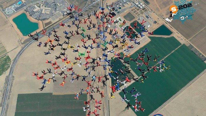 Έσπασαν το παγκόσμιο ρεκόρ: 202 skydivers στον ουρανό!