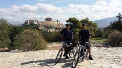 akropoli-oi-astunomikoi-me-ta-podilata--oi-touristes