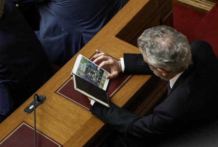 Ποιος υπουργός παίζει με το i-pad στα έδρανα της Βουλής